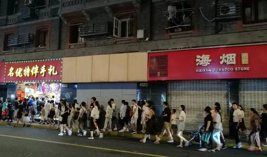 8月14日晚,奇遇城堡门前的人行道上行人众多。新京报记者王双兴摄
