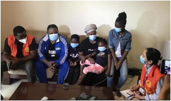 花都区的刚果商会会长阿宾(左一)共同社区事情者家访非籍同胞