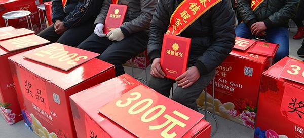 """2017年12月30日,安徽安庆,临泉县吕寨镇举行""""脱贫之星""""表彰活动。视觉中国 资料"""