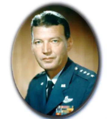 传奇空军将领伯纳德·施里弗(1910-2005),他被称为美国弹道导弹和军事太空计划之父。