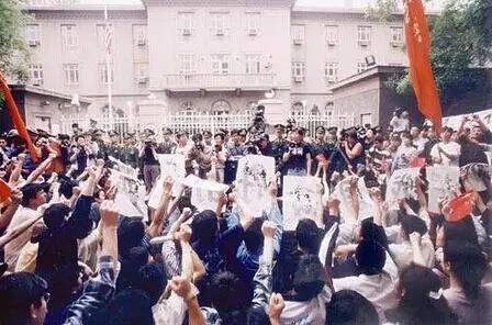 1999年5月8日下午,中国大学生在美国驻华使馆门前举行抗议活动,强烈谴责以美国为首的北约悍然轰炸我国驻南斯拉夫大使馆的暴行。(刘占坤摄)