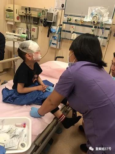 ▲被咬伤的5岁男孩童童正在治疗。  资料图片