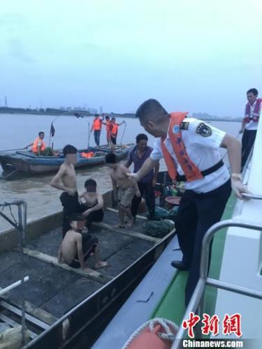 4名男孩自行划船出海后遇险,所幸被及时救援。 钟欣 摄