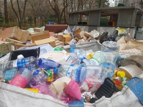 2日上午,华城市某小区堆积的塑料废品