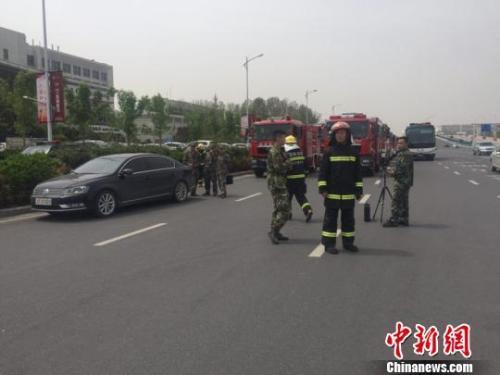 图为新郑国际机场老T1航站楼前面不远处,停靠的消防车。 李超庆 摄