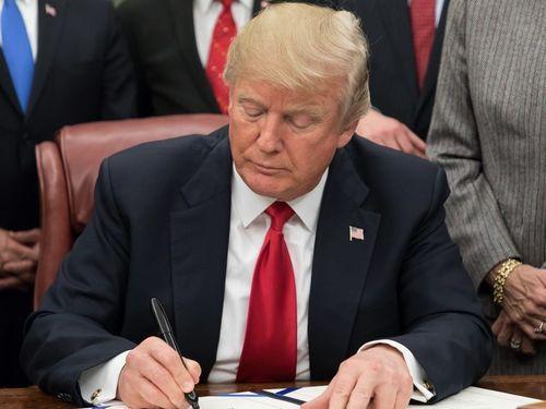 """特朗普签署""""台湾旅行法"""""""