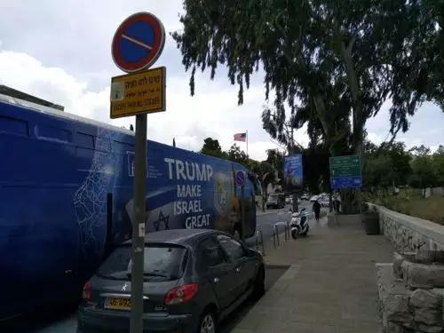 """街边大巴上印着""""特朗普,让以色列重新伟大"""""""