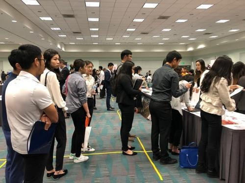 中国毕业生在美国的就业市场。(美国《世界日报》档案图片)