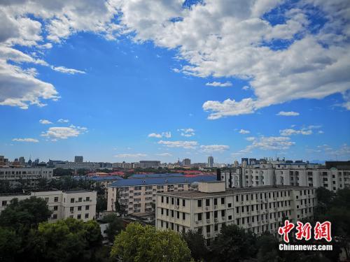 9月3日,北京地区大气能见度较好,蓝天白天展现初秋景象。阚枫 摄