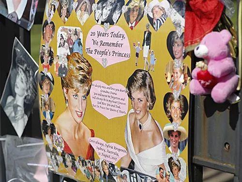 ▲資料圖片:戴安娜王妃去世20週年紀念日上,倫敦肯辛頓宮門前人們擺放的照片和卡片。新華社記者韓巖攝
