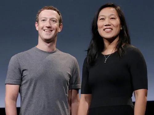 ·扎克伯格(左)与妻子