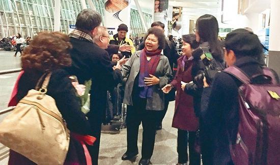 陈菊(中)抵达纽约 图自台媒