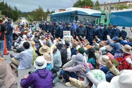 冲绳民众静坐示威(图来自日本《冲绳时报》)