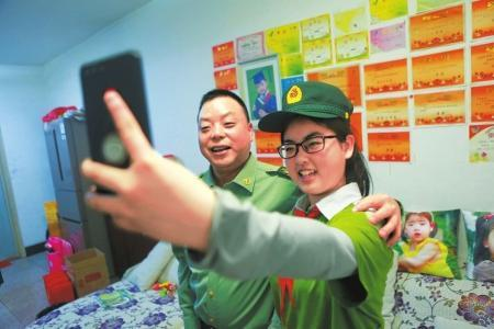 王肃满(左)和宋馨懿自拍合影