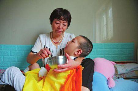 6岁男童被继母虐待成植物人仍未醒 曾心脏停跳75%颅骨粉碎