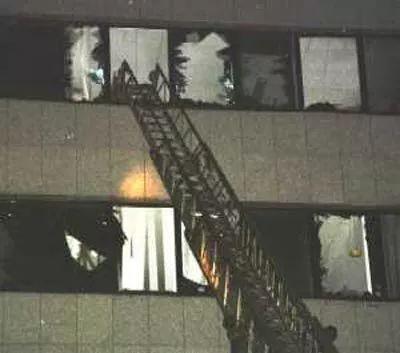 救援人员架起云梯解救被困使馆人员。(吕岩松摄)