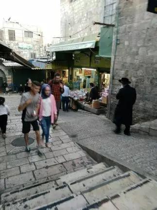 迁馆当日的老城穆斯林区,穆斯林和犹太居民在路两旁默默走过