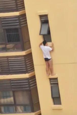 男子反锁房门爬出窗外从20多层楼坠亡 疑患抑郁症