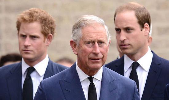 查尔斯(中)与儿子哈里王子(左)、威廉王子(右)。