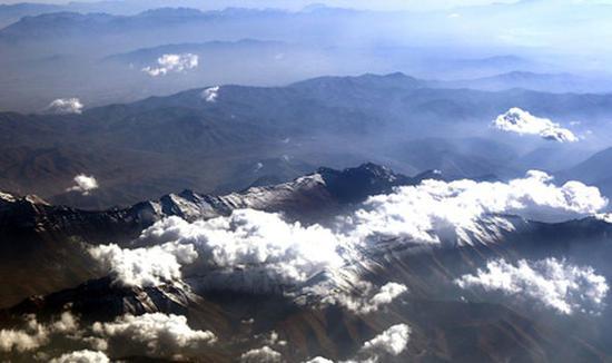 伊朗受干旱影响,山区并无雨雪覆盖。图为伊朗厄尔布尔士山脉。(图片来源:英国《每日快报》)