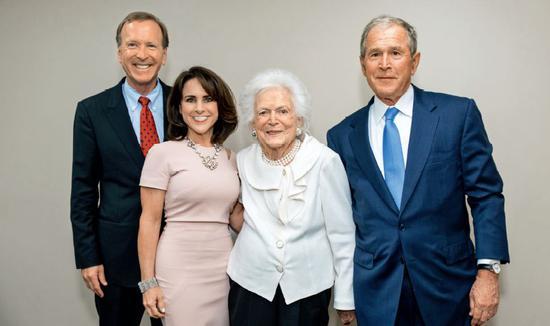 尼爾夫婦和小布什(右)探望母親芭芭拉。