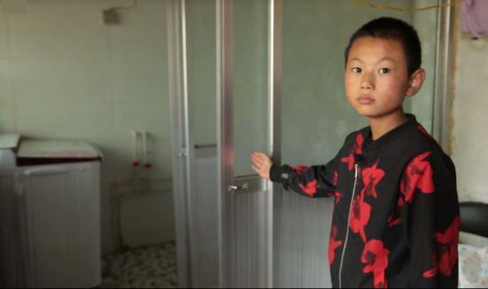 △习近平2016年曾经问过的小男孩,如今已经13岁,他们家修建了新浴室