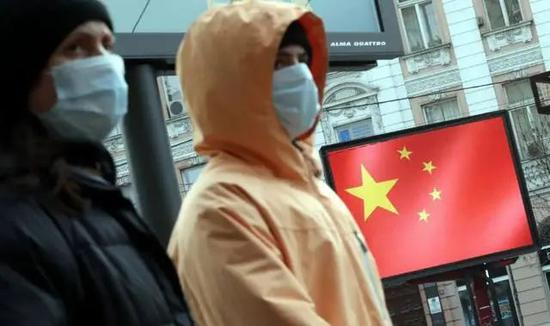 贝尔格莱德,人们途经一处表现中国国旗的表现屏