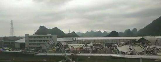 覃塘区黄练镇裕泓木业倒塌的厂房。 受访者提供