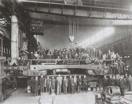 图为钢铁工人在芝加哥南方工厂的合影,在鼎盛时期,这家工厂雇佣了2万人 图源:维基百科