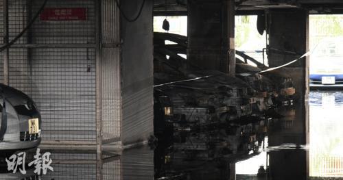 停车场内不少汽车遭焚毁。图片来源:香港《明报》。林智杰 摄