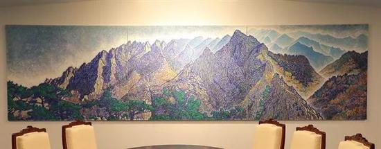 会议室正面挂的韩国画家申璋湜的作品——《从上八潭俯瞰金刚山》。   金刚山是半岛名山之一,象征着韩朝和解与合作,预祝韩朝首脑会晤取得圆满成功。