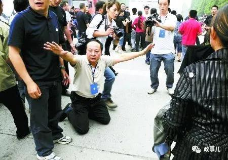 地震发生后,蒋国华曾下跪劝阻上访群众。
