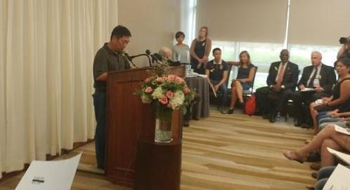 资料图:章莹颖父亲章荣高在记者会上。(美国中文网)