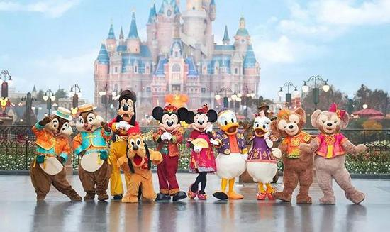 2018年新年上海迪士尼乐土的迪士尼同伴们都穿上了我国元素的服装。