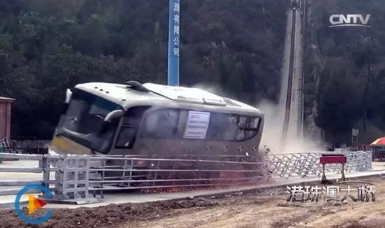 2018年10月23日,港珠澳大桥正式开通,该桥的防护栏可以承受大巴车100公里时速撞击。测试视频显示,撞击角度应为20度角。  图片来源 央视视频截图