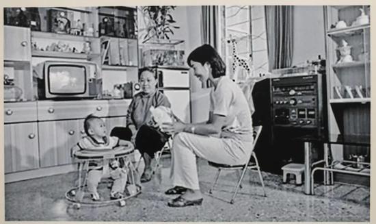 深圳,渔民村,八十年代初。全国第一个万元户村。邓锦辉家,妻子和大儿子还有保姆。新京报记者浦峰翻拍