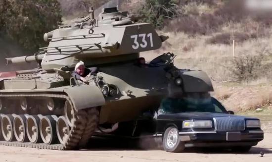 """▲""""州长""""驾驶M47中型坦克碾压加长型林肯豪车"""