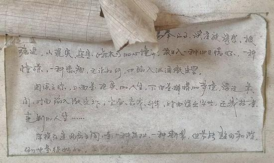 这是在另一间宿舍墙上留存的手抄散文。