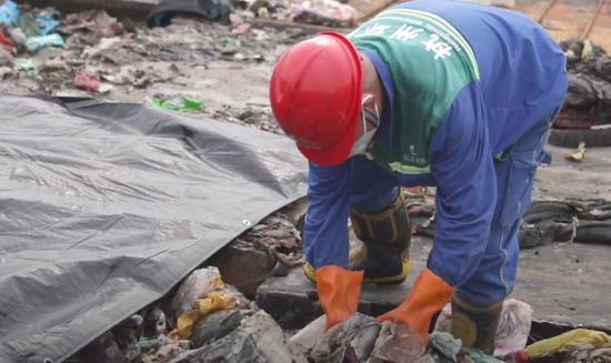 ▲垃圾填埋廠的工作人員正在忙碌。(視頻截圖)