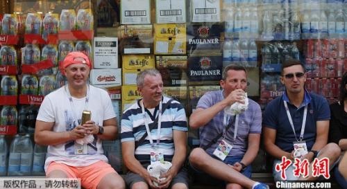 资料图:世界杯球迷喝酒观赛。