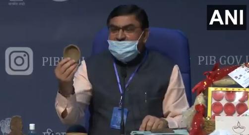 """印度推出牛粪""""芯片"""":减少手机辐射 还预防疾病"""