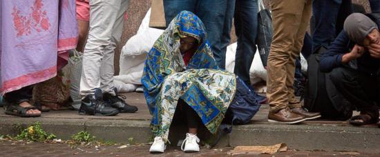 一个小孩在布鲁塞尔的移民接待中心排队。(美联社)