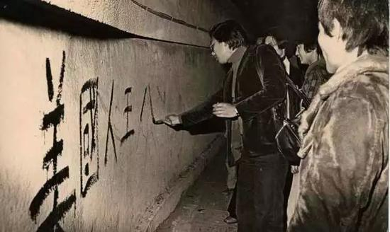 """美国与台当局""""断交"""",台湾民众在""""美国大使馆""""前抗议"""
