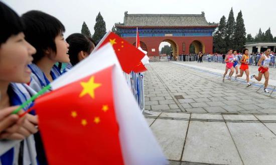 """""""好运北京""""2008年北京国际马拉松赛在雨中举行。新华社记者李尕摄"""