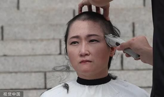 9月10日,1名韩国无党派女议员正在国会前剃秃顶。/视觉中国