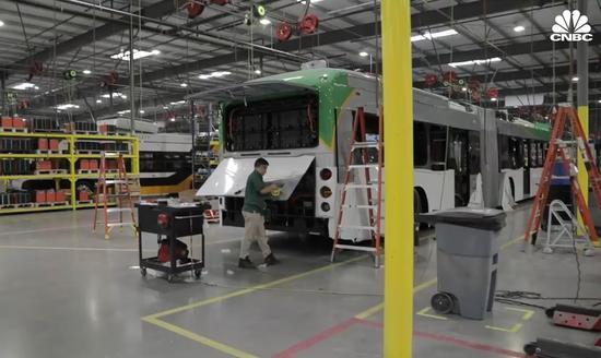 (美國的電動公交製造工廠,CNBC報道截圖。)