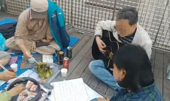 韩国民众三星太子家门口示威:吃着烤肉 唱着歌(图)