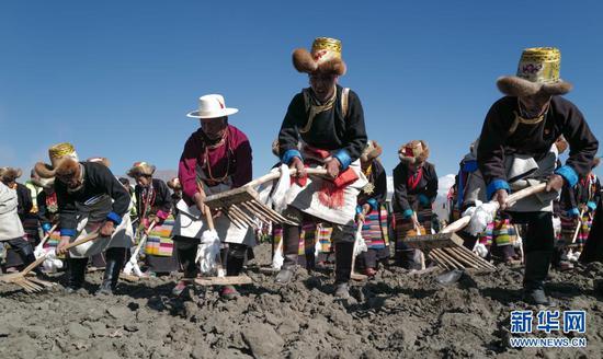 3月16日,西藏山南市乃东区克松社区住民加入春耕典礼。新华社记者 孙瑞博 摄