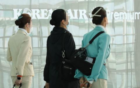 疫情加重,韩国空姐戴口罩工作(韩联社)