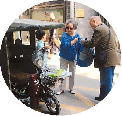 5月10日,北京市朝阳区某小学放学后,2名随迁老人骑着三轮车接孩子。本报记者 彭训文摄
